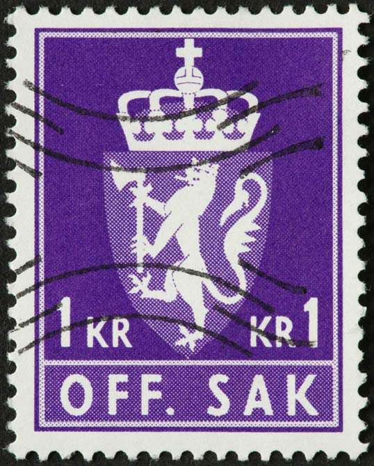 Scan of a Norwegian postage stamp featuring a white coat of arms design on a purple background.